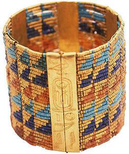 Les magnifiques boucles doreilles dont se paraient les égyptiennes ne firent leur apparition que sous le Nouvel Empire.
