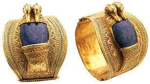 Les bracelets étaient en or, en argent, en ivoire ou en émail, ils pouvaient être sertis de pierres précieuses comme le lapis,lazuli, lagate, la cornaline,